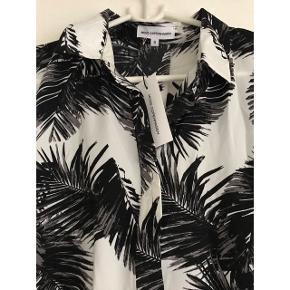 Sælger denne fine skjorte fra Moss Copenhagen med palme print. Modellen på skjorten hedder Blair og har den har samme pasform på billedet som modellen med den blå version.   Helt ny, aldrig brugt, stadig med mærket på.  Kan mødes og handle i København K eller sendes med Dao via Trendsales handel - pris for fragt kommer oveni :)