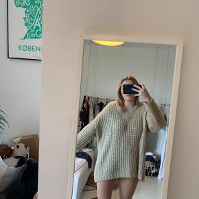 Sweateren er varm og oversize :) Brugt nogle gange i vinters, men fejler ingenting:)
