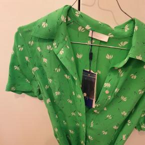 Flot grøn kjole som kan bruges til sommer eller efteråret med strømpebukser under. Er aldrig brugt. Nypris er 1200 kr., men købt for 750 kr.