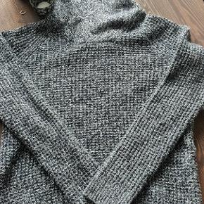 Helt ny strik sweater fra h&m i god kvalitet.  Brugt en enkel gang men ellers været i skuffen.  Kan ses i Hillerød Sendes med dao  Eller købes gennem tradono