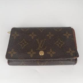 Flot Louis Vuitton pung   Der er plads til alt man har brug for🌸  Det er en smuk pung i deres monogram 🍂  Har meget få tegn på brug 🌸  Jeg har desværre intet originalt tilbehør da den er købt vintage ♻️