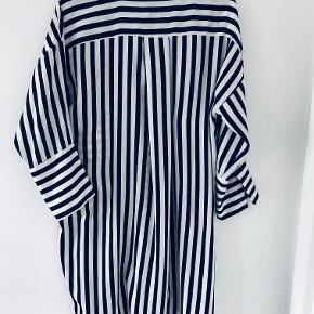 Skjorte fra Zara i str. 36. Den er brugt og vasket, hvilket har brugstegn ved fnuller.  Flere billeder kan tilsendes. Afhentes i Ørestad.   OBS. Se billede for fnuller og striberne. Striberne er mørke grønne (efter min mening).