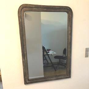 Flot stort spejl i metal ramme i antik look. Mål: 80 bred * 114 høj. Købt i en lille antik forretning i Holte. Nypris 3500kr