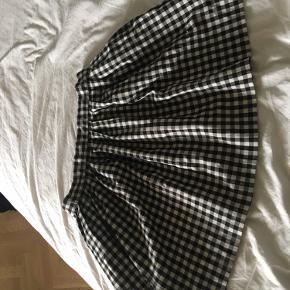 Fin ternet nederdel fra Monki. Der står størrelse 38, men vil mene den er mere 34-36. Byd endelig!🐲  Søgeord: Emo, goth, alt, alternativ, y2k, 2000's, 00'erne,