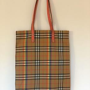 Burberry shopping tote bag med regnbue tern og lyserøde læder håndtag. Tasken er kun brugt få gange. Certifikat og kvittering medfølger.  Mål: 40 x 49 cm