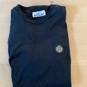 Flot t Shirt sælges. Brugt minimalt. Farven er dyb blå - tæt på sort.