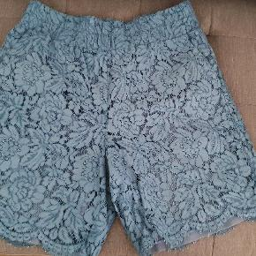 Ganni Blonde shorts Str M/L Obs jeg har selv syet et stykke ekstra stof i det nederste af buksebenet,  se billederne.  Se mål på de sidste 2 billeder, med elastik i taljen så kan strækkes en del mere end hvad man kan se på målet i taljen.