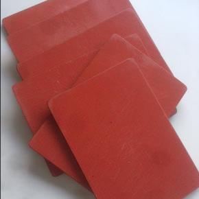 """Smørebrikker  Retro smørebrætter fra 50'erne. Laminat på begge sider.  6 stk. røde 75 kr.  8 stk. sorte på den ene side/grå på den anden 125 kr.  Anskaffelsespris: Ved ikke, stammer fra mit barndomshjem, men jeg skal skrive noget i feltet """"Opr. købspris  smørrebrik Farve: rød og sort Oprindelig købspris: 220 kr."""