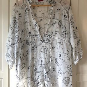 Let/tynd tunika med smalt bindebånd. Sommermotiver som stregtegninger. Køber betaler fragt eller kan afhentes.