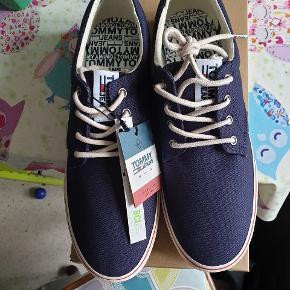 Helt nye og stadig med tags. Tommy Hilfiger sko, model Tommy Jeans Textile Sneaker, farve ink, str 43