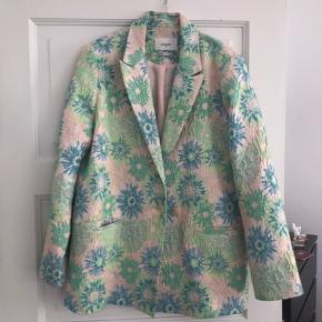 Jeg sælger denne smukke Lovechild blazer, da jeg desværre ikke får den brugt så ofte. Jakken er størrelse 38 og i fin stand, den har dog noget slid, som den har fået da jeg har båret en taske over den, men dette ses også på billederne. Skriv endelig med spørgsmål :-)