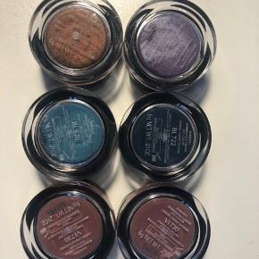 De er aldrig brugt, helt nye. 6 x shimmering cream Eye Color. I farverne VI 226, BR 306, BL 722, BL 620 og 2 x VI 730. Pr stk 50 kr. vil helst sælges samlet 6 stks samlet pris 190 kr pp