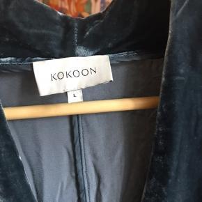 Smuk velour top fra Kokoon. Jeg har kun brugt den en gang, da den desværre er for stor til mig.