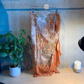 Smuk nederdel fra H&M. Er meget let i stoffet, perfekt til stranden