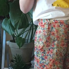 Sælger disse SUPER bløde shorts fra VILA💗. Den et str. S men kan også Passe en M. Jeg er selv 1.60 høj😌