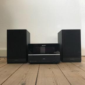 Sony CMT-BX70dbi stereoanlæg.  Virker fint til afspilning af cd'er og ipod/iPhone (ved nyere iPhone skal der er en adapter til).  Fejl ved afspilning af radio, men måske et nyt signalkabel kan klare det.  BYD gerne ☺️