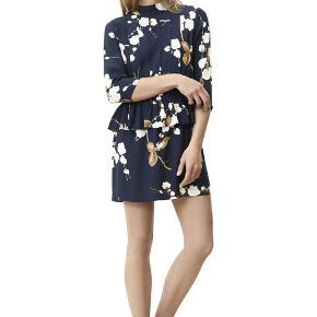 Varetype: Kjole Farve: Mørkeblå  Fin kjole fra ganni.   Sælges kun hvis rette bud opnås. MP er 750 kr.  Byd!  Handler via mobilepay.  Køber betaler porto på 38 kr. med DAO.