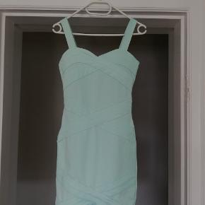 Flot kjole med kryds-mønster. Brugt en enkelt gang, fejler intet. Byd gerne 😊 (jeg sender også gerne flere billeder)