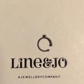 Earcuff fra Line & Jo, man behøver derfor ikke have huller i ørene for at bruge den. Brugt lidt og derfor i rigtig god stand, lille æske medfølger. Nypris har været omk 200-300kr Kan hentes på Østerbro eller sendes med Dao