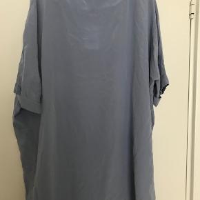 Kjole i 100% silke Lavendelblå Stadig med prismærke Sælger betaler fragt med DAO eller PostNord i Danmark Mobilepay