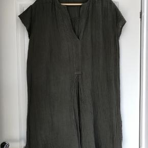 Brand: Loulou Varetype: Kjole Størrelse: S/M Farve: Armygrøn  Super lækker kjole med rigtig god pasform. Bryst ca 2x58 cm Hel længde ca 90 cm og ca 8 cm længere bagpå Bytter ikke