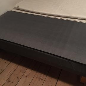 Boxmadras fra Dream Zone sælges.  Nærmest i helt ny stand. Mål: 90x200 Ekstra boxmadras kan medfølge gratis grundet brugsspor.  Inkl. ben og topmadras