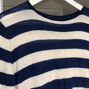 Fineste cashmere strik i tynd lækker kvalitet.  Lidt længde i modellen og slids i begge sider.  Brugt men i fin stand.  Køber betaler Porto.