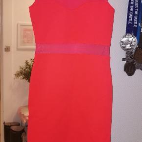 Skrigende neon orange kjole med mesh detaljer. H&M divided