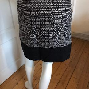 Nederdel med foer fra Esprit, str. 40 ( passer til str.38-40), L.: 44 cm., lukkes med skjult lynlås, farve: sort& hvid, viscose, elastane, polyamide, polyester, aldrig brugt