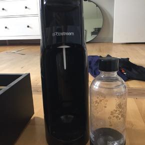 Sodastream inkl. en flaske. Benyttet men ikke særlig meget.  Kom med et bud🤩