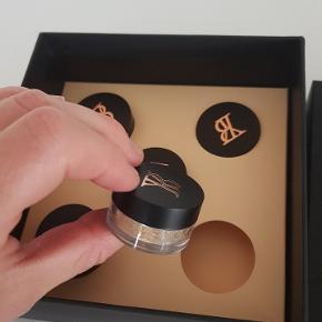 Youngblood mineral pudder. 5 små prøver så man kan finde ud af hvilke farve der passer bedst til en.   150 kr