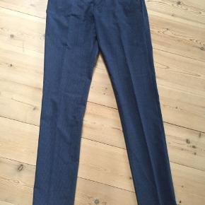 Lækre klassiske bukser fra Matinique i str 44 / 87 - style Las Diskret smal strib i mørkeblå og mellemblå