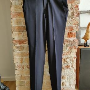 Behagelige og lette jakkesæts bukser i navy. Købt for store - aldrig brugt. Mærket er Nero.  Str. 84 svarer til 32-33 omkring livet.