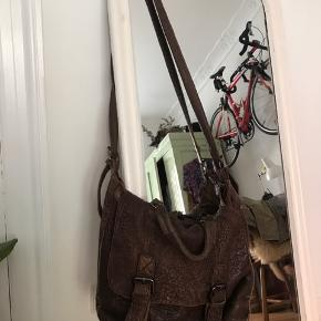 Virkelig skøn og blød kernelæder taske som er brugt både til hverdag og fritid. Den er rigtig rummelig, og har flere indvendige rum. Jeg har været meget glad for den, hvilket den også bære præg af, deraf den billige pris, men der er stadig massere af brug i den. Sælges kun grundet flytning 😊  💚 Afhentes på Nørrebro eller sendes