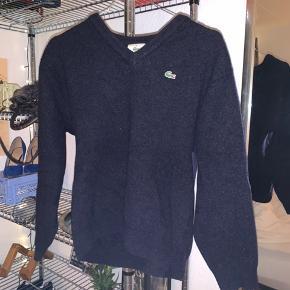 Lacoste sweater i 100% uld. Dejlig varm