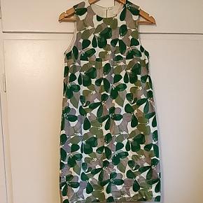 Utrolig fin kjole i 60'er-agtigt snit fra COS. Den er brugt, men uden egentlige brugsspor. Kan muligvis også passe en small/36.