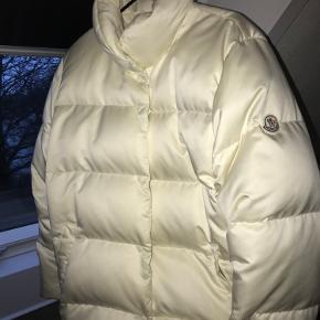Super lækker moncler dunjakke i hvid str 1. Der er brugsspor på jakken da den er brugt, men den har for nyligt været til rens. Spørg endelig for flere billeder og byd gerne!