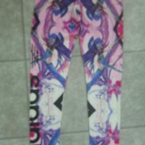 Brugt få gange. Jeg er usikker på om de er størrelse 34 eller 36, se billede af mærke :)  Jeg har også en sweatshirt til salg matcher.