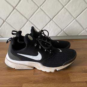Lækre sko fra Nike  Både gode til løb og dagligdag  Np 950  Mp 200  Køber betaler selv fragt
