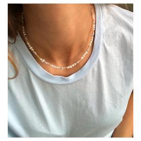 Halskæde af ferskvandsperler🐚 Samt guld, rosa, pastelgrønne og blå perler  Lås: forgyldt Sterling sølv (26kr i indkøb) Mål: justerbar 35,5-39,5 cm Prisen er inkl Porto med postnord