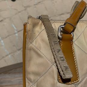Beige quiltet Prada skuldertaske Tasken har lidt patina. Super god til hverdagen og byen.