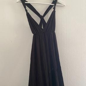 Festlig maxi kjole med krydsning på ryggen. Er ca. 130 cm lang.
