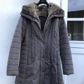 Utrolig lækker Luhta frakke med pelskrave, pelsen kan tages af Strørrelse 46 Brugt 1-2 gange, kan ikke ses  Nypris 2500
