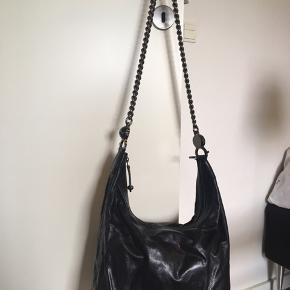 Helt ny Gucci taske - aldrig brugt! Købt i Gucci butik i Las Vegas for nogle år siden. Er i det blødeste kalveskind og med forstærkning i kanterne af krokodilleskind. Tasken  Har to indvendige rum til mobiltelefoner og et lukket lille rum med lynlås. Står fuldstændig som ny i stand. Bytter ikke!