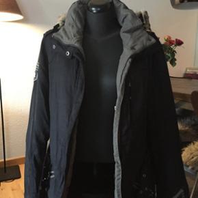 Skøn sort jakke med aftageligt for og hætte.. Der er i foret en masse lækre lommer, så man ikke behøver ha' tasken med..