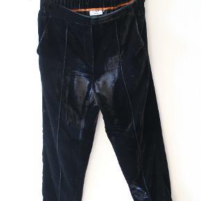 Sorte velour bukser. Brugt få gange. Elastik i taljen. Prisen kan forhandles :)