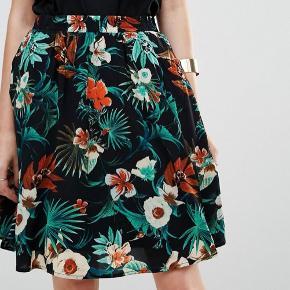 Meget god stand tættere mod næsten som ny. Flowy nederdel med underskørt og skjulte lommer i siderne