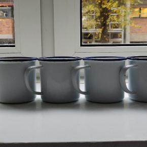 Sælger disse flotte emalje kopper. Kopperne er hvide og med blå kant. De er i god stand, dog med let patina. Kopperne minder meget om dem der bruges i programmet Nak og Æd, og er muligvis de samme.  En kop for 40 kr-. Alle fire for 140kr-.   Afhentning på Vesterbro :-)