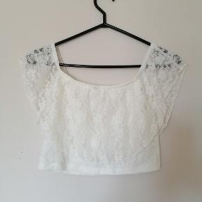Super fin mave-bluse med blonder :) kan bruges som almindelig t-shirt eller off-shoulder.