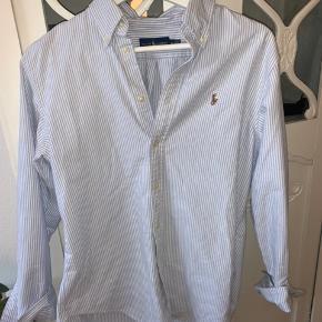 Skjorte fra Ralph Lauren  Brugt få gange og ingen brugstegn  Str M men passer også en S Byd gerne 💕